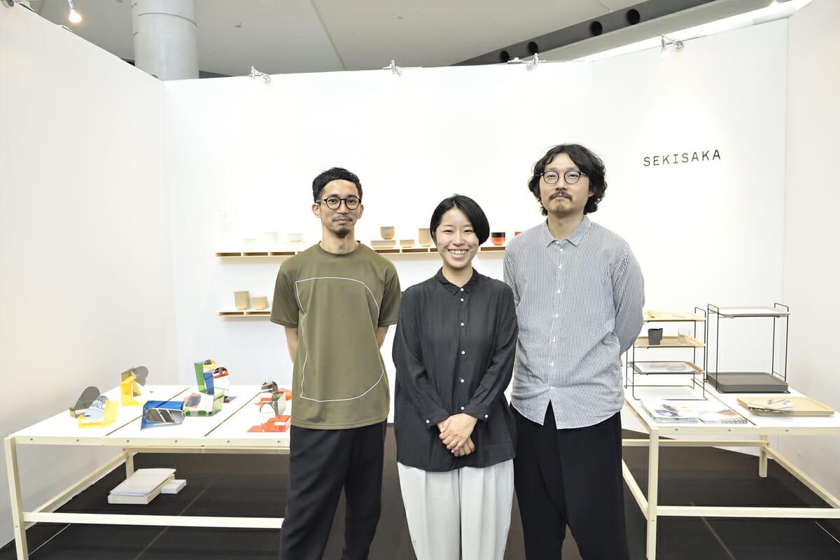 MUTEのイトウケンジさん(左)、SEKISAKAのイメージカットなどを撮影したフォトグラファーの片岡杏子さん、SEKISAKAの関坂達弘さん(右)