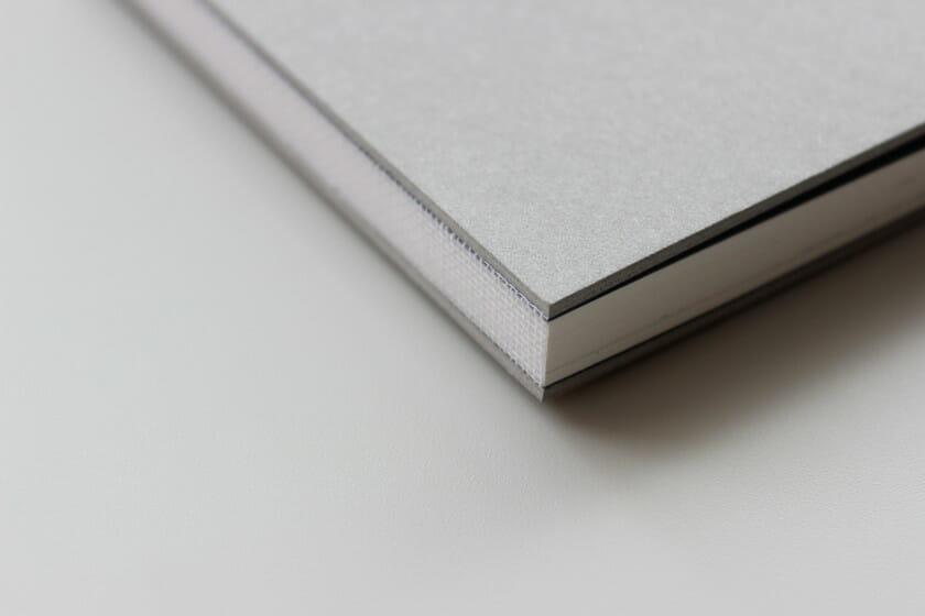 表紙には厚さ2mmの板紙を貼って、ドイツ装に。『うさぎがきいたおと』