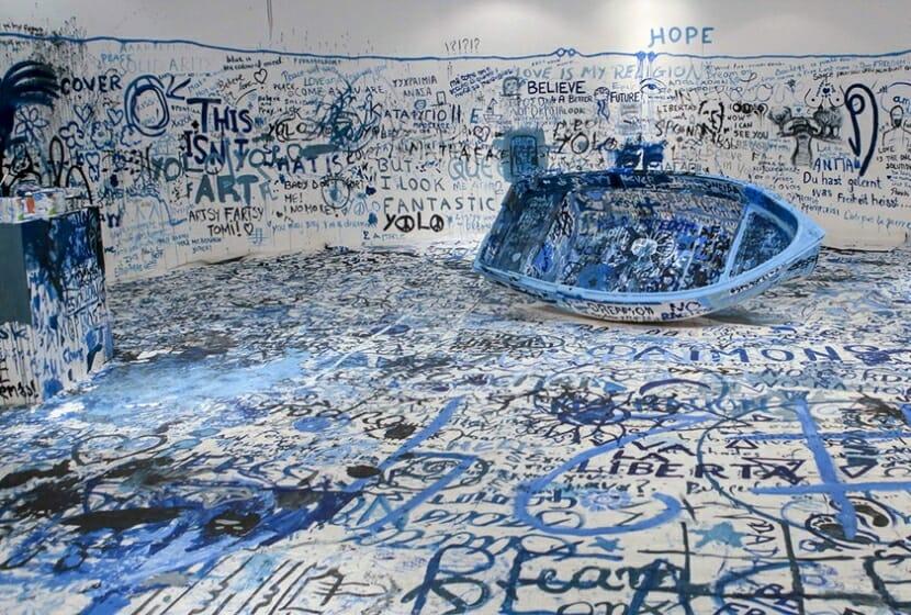 オノ・ヨーコ 《色を加えるペインティング(難民船)》 1960 / 2016年 ミクスト・メディア・インスタレーション サイズ可変 展示風景:「オノ・ヨーコ:インスタレーション・アンド・パフォーマンス」マケドニア現代美術館(テッサロニキ、ギリシャ)2016年