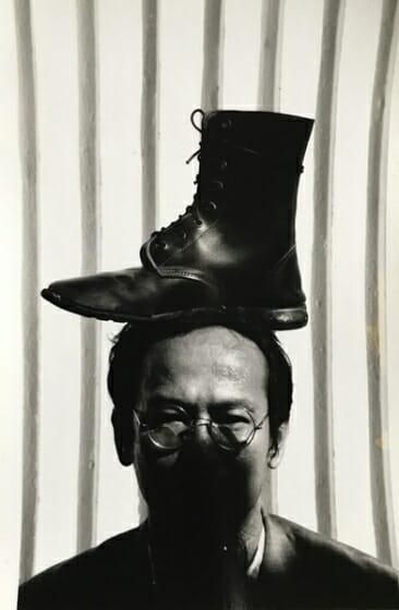 ワサン・シッティケート《私の頭の上のブーツ》1993 年 作家蔵 撮影:マニット・スリワニチプーン