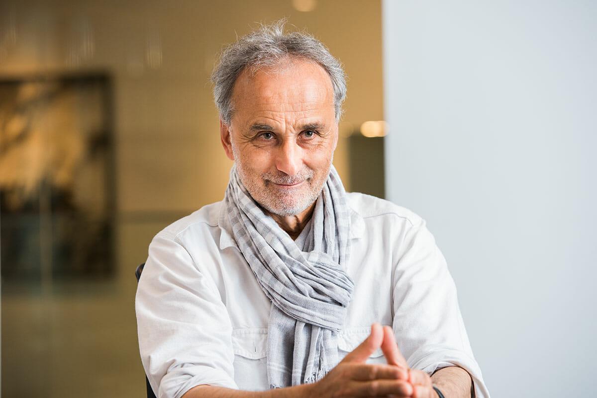 ダニエル・シュワルツ 1955年オルテン生まれ。1977年から1980年、チューリッヒデザイン大学(現チューリッヒ芸術大学)の写真マスタークラスに在籍。1987年から1988年にかけて、外国人として初めて万里の長城の全てを記録した「万里の長城(1990年発行、2001年編集・拡大版)」を制作。1990年から2005年は芸術と文化をテーマとした雑誌duの編集チームの一員として活動すると同時に、フリーランスのフォトジャーナリストとしてスイス国内外の数々の社会問題や紛争について取材・報道に携わる。