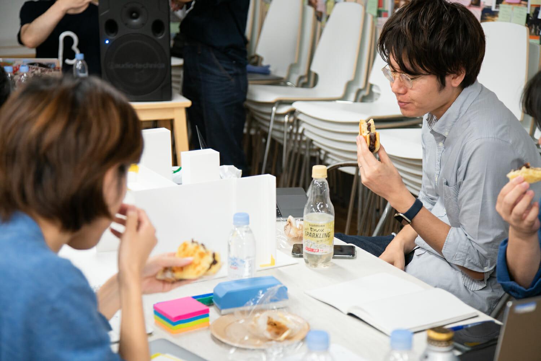 日本橋の美味しいものをいただく「もぐもぐタイム」は、受講生がほっとするひと時