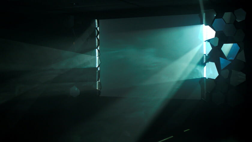 《Silver Screen》2012 年、映像(20 分/白黒)、鏡、プロジェクター、PC 展示風景:ニューアート展 NEXT 2012 動く絵、描かれる時間:Phantasmagoria、横浜市民ギャラリー