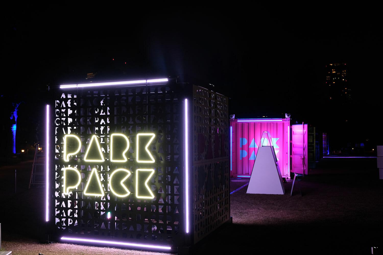 夜になると違う装いを見せる、PARK PACK