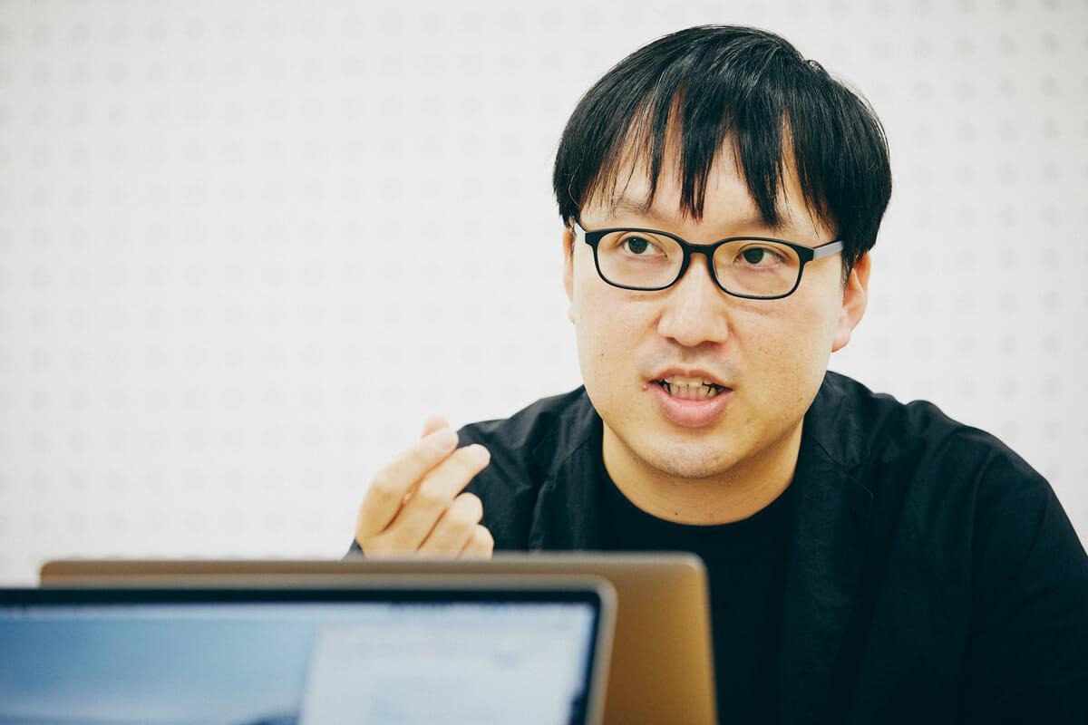 菅俊一 1980年東京都生まれ。表現研究者/映像作家、多摩美術大学美術学部統合デザイン学科専任講師。人間の知覚能力に基づく新しい表現を研究・開発し、さまざまなメディアを用いて社会に提案することを活動の主軸としている。おもな仕事に、NHKEテレ「2355/0655」ID映像、21_21 DESIGN SIGHT「単位展」コンセプトリサーチ、21_21 DESIGN SIGHT「アスリート展」展示ディレクター。