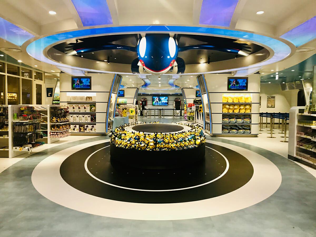 『ポケモンセンターヨコハマ』天井にある伝説のポケモン・カイオーガのオブジェが来店する子どもたちに大人気