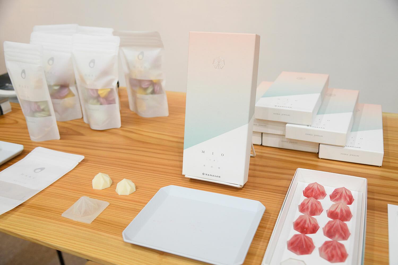 朝焼けをイメージしたパッケージのMIO。七面体の形は、橋本さんが3Dプリンターを使い、何度も試行錯誤したそう。