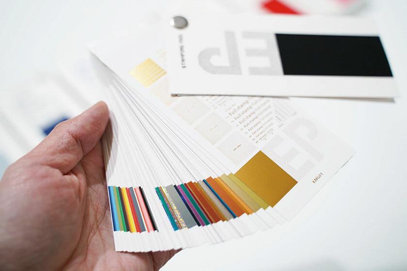 日本と台湾のデザイナーが共同開発した、86種類収録の「EP 箔押し見本帳」が数量限定で販売中