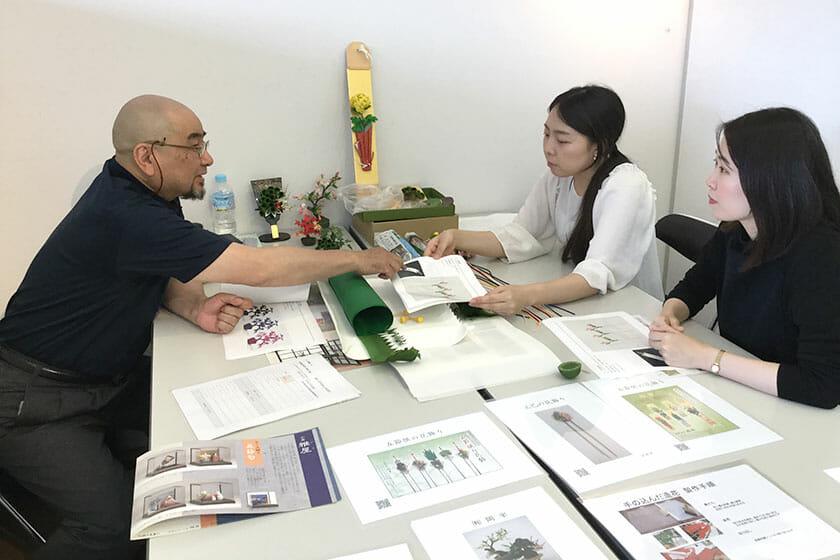 マッチング会でのMARLCのお二人と、造花職人である有限会社岡半の岡田雄二さん