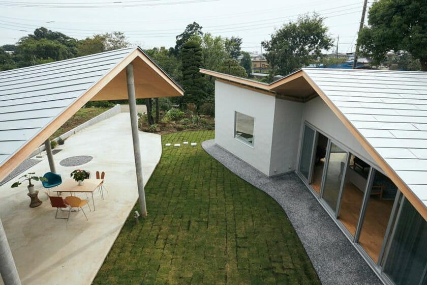 物件「東松山の家」左:なんでもテラス棟、右:リビンク・キッチン棟