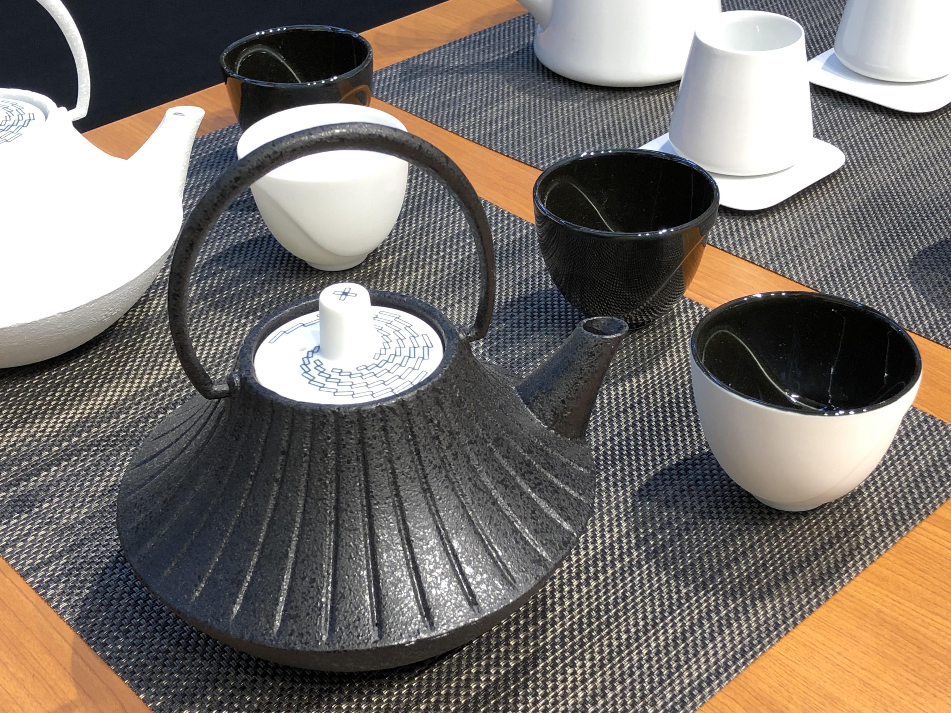 YOnoBI(クロスエッジ)、黒と白、鋳物と陶器というコントラストが鮮やかなティーセット、鋳物の鉄器は人気の定番商品となっている