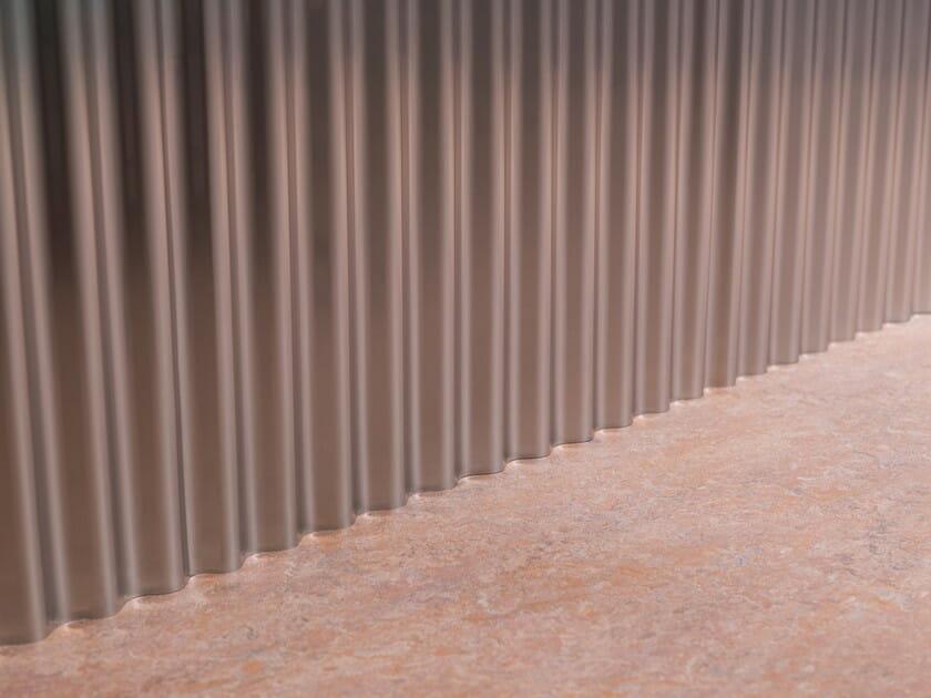 「中庭のあるオフィス」ステンレス鏡面加工の波板