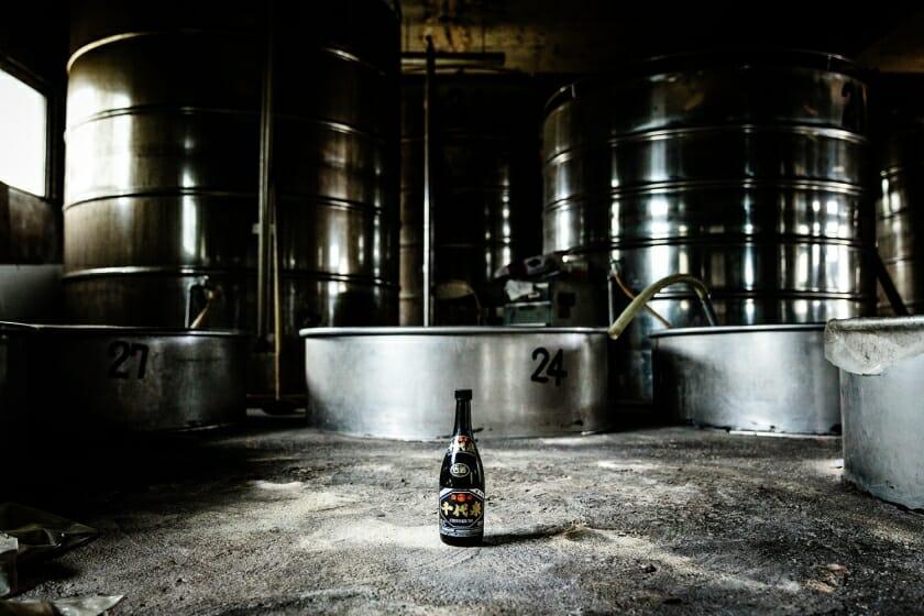 廃屋となった酒造所の蔵で発見されたわずかに残った泡盛から、プロジェクトがスタート