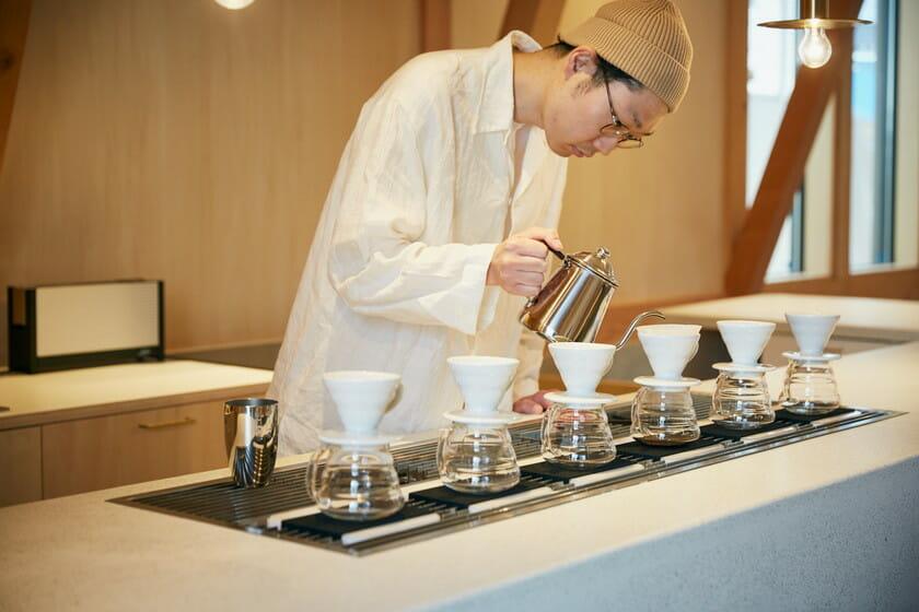 「IDUMI」コーヒーを淹れている画像