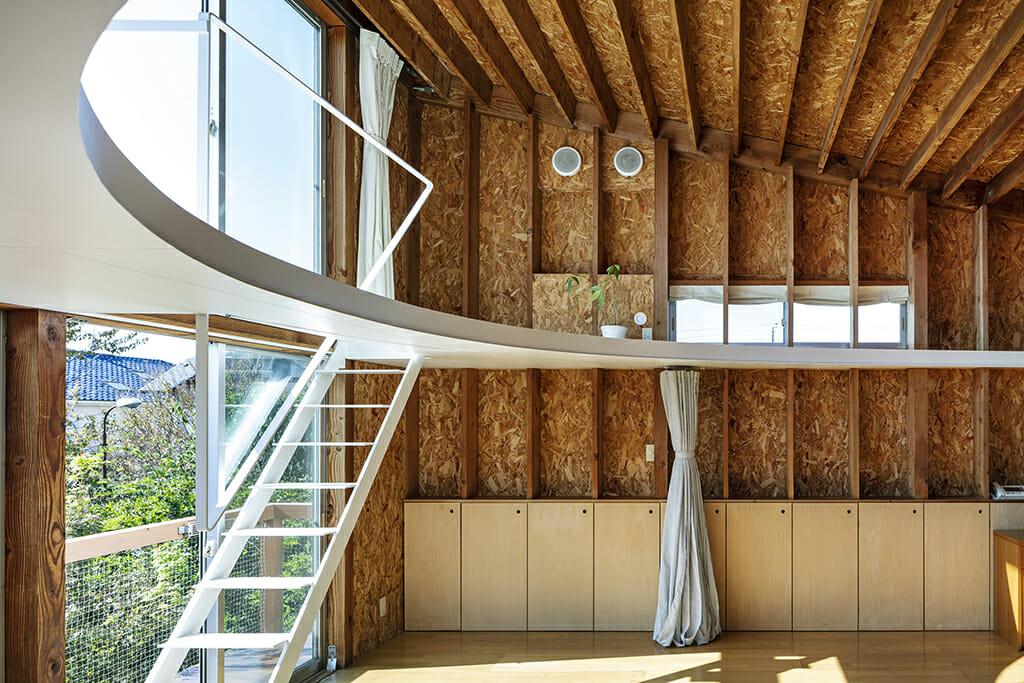天井裏に上り上部の窓を開閉することで換気が可能となり、さらに天井が庇のように働き、夏場の熱負荷が軽減された