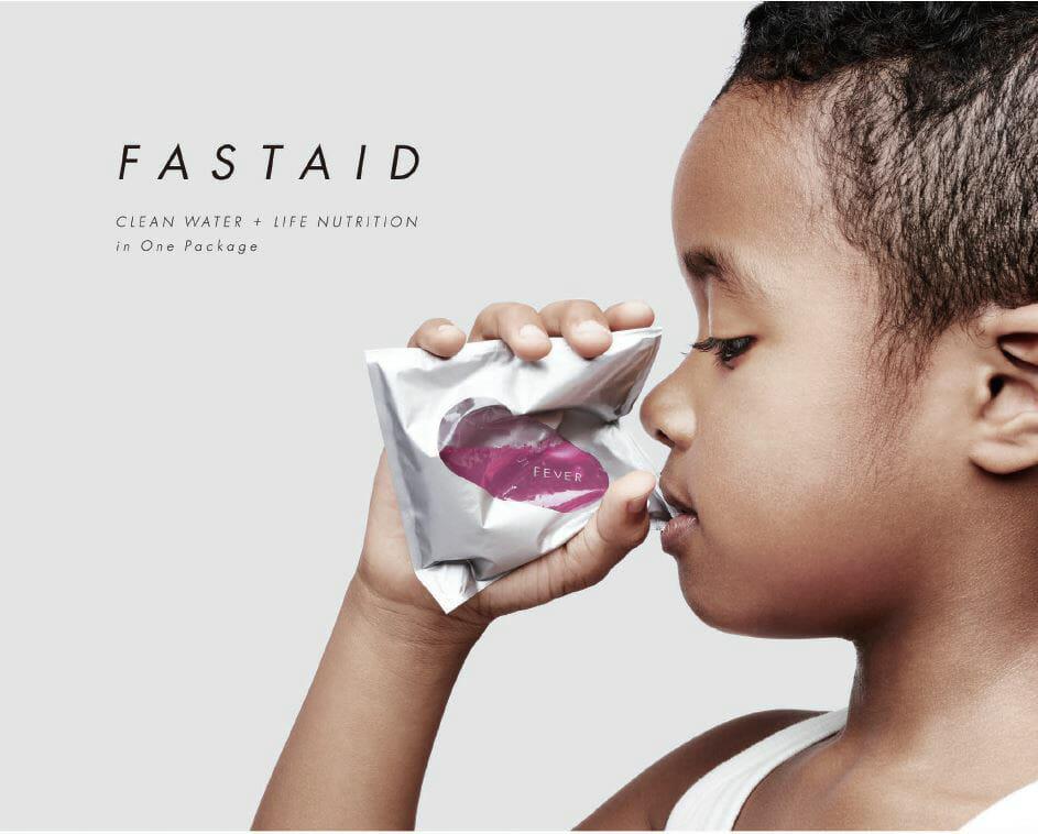 「FASTAID」は、完全シールとイージーピールの異なる機能を使い分けることが可能な新素材「ロック&ピール®(エチレン系ポリマー)」が使用されており、1つのパッケージの中で、水と栄養成分を保存・携帯することができ、使用時にぎゅっと握ることで簡単に混ぜ合わせられる。