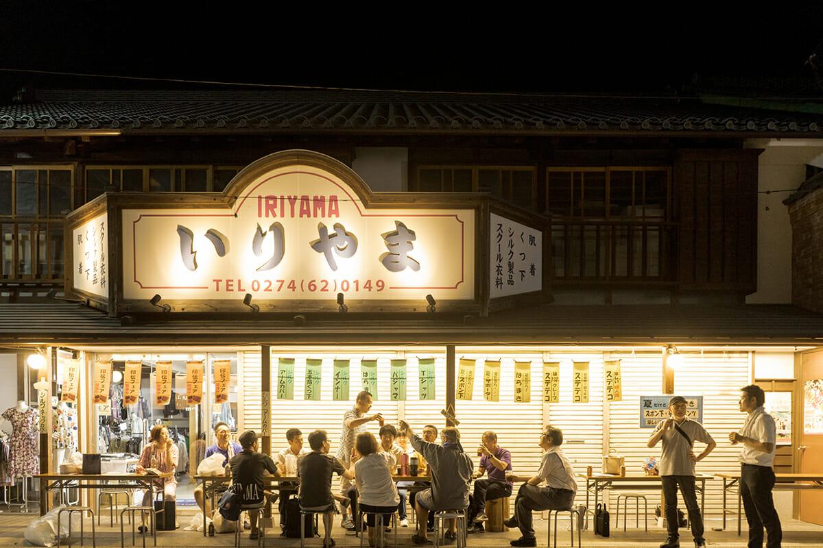 「蔟屋 MABUSHI-ya」のフロントでもある洋品店「いりやま」。不定期開催で、お店の前が居酒屋になることも