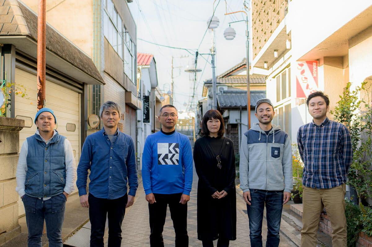 「まちやど」を主体となって運営する、富岡まち繰るみ舎のメンバー。一番右が宮崎さん