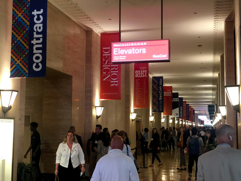 会場の1階は10フロアにわたる展示の出発点であり、「contract」「interior design」などイベントを象徴するキーワードがバナーに並ぶ。