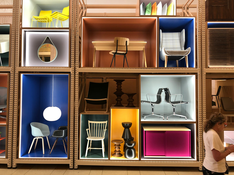 メインエントランスのHerman Millerの展示、HAYなどのブランドが並ぶ。