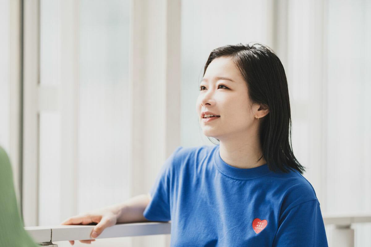 相樂園香<br /> Design Scramble オーガナイザー/デザイナー。大学卒業後、FabCafe Tokyoにてアートディレクション・イベントやワークショップなどの企画運営に携わったのち、フリーランスを経て2018年株式会社メルカリに入社。同年に、Design Scrambleの企画運営のため株式会社ディー・エヌ・エーにCreative PR.としてジョイン。プライベートでもクリエイティブワークを行い展示を開催するなど、公私ともにクリエイティブでオープンな場の実現・発展に邁進する。
