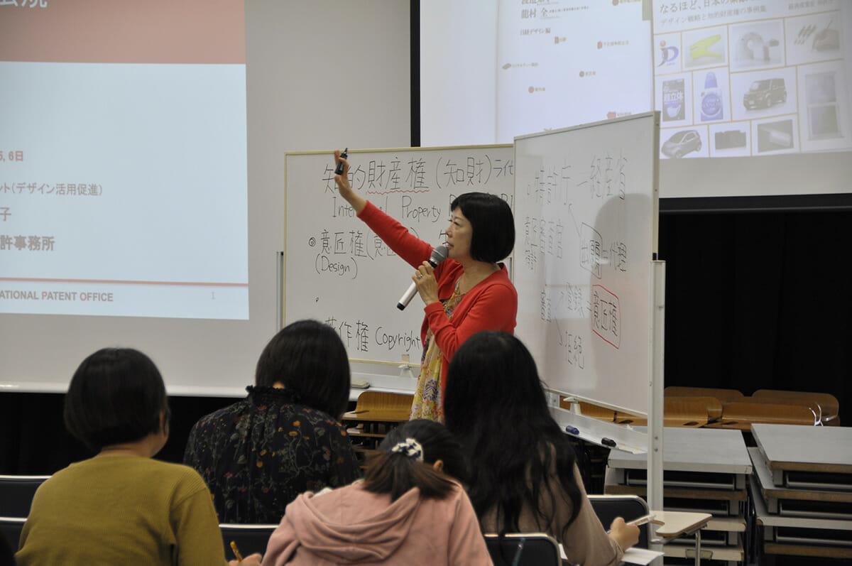 3年次には、デザイナーに必要な著作権を学ぶ「デザイン法規」の授業もおこなわれる。講師は弁理士の渡邉知子さん。
