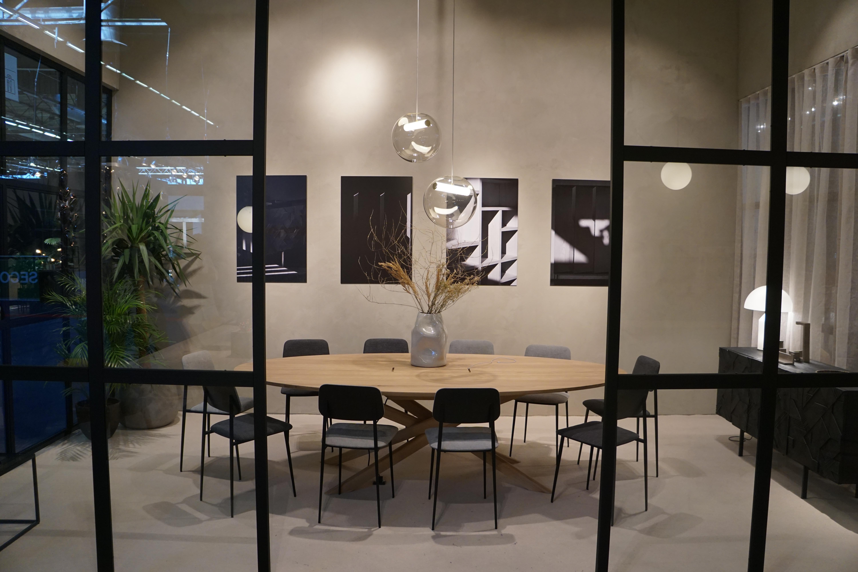 会場では「WORK!」展に紹介されていたブランドのブースを順番に回っていった。こちらはベルギーの家具ブランド「Ethnicraft」の展示ブース。無垢材を使用した木の家具が魅力のブランドで、ホームユースのファニチャーを多く展開しているが、会場では「Ethnicraft Work」という名前のもと、オフィス空間の提案をおこなっていた。