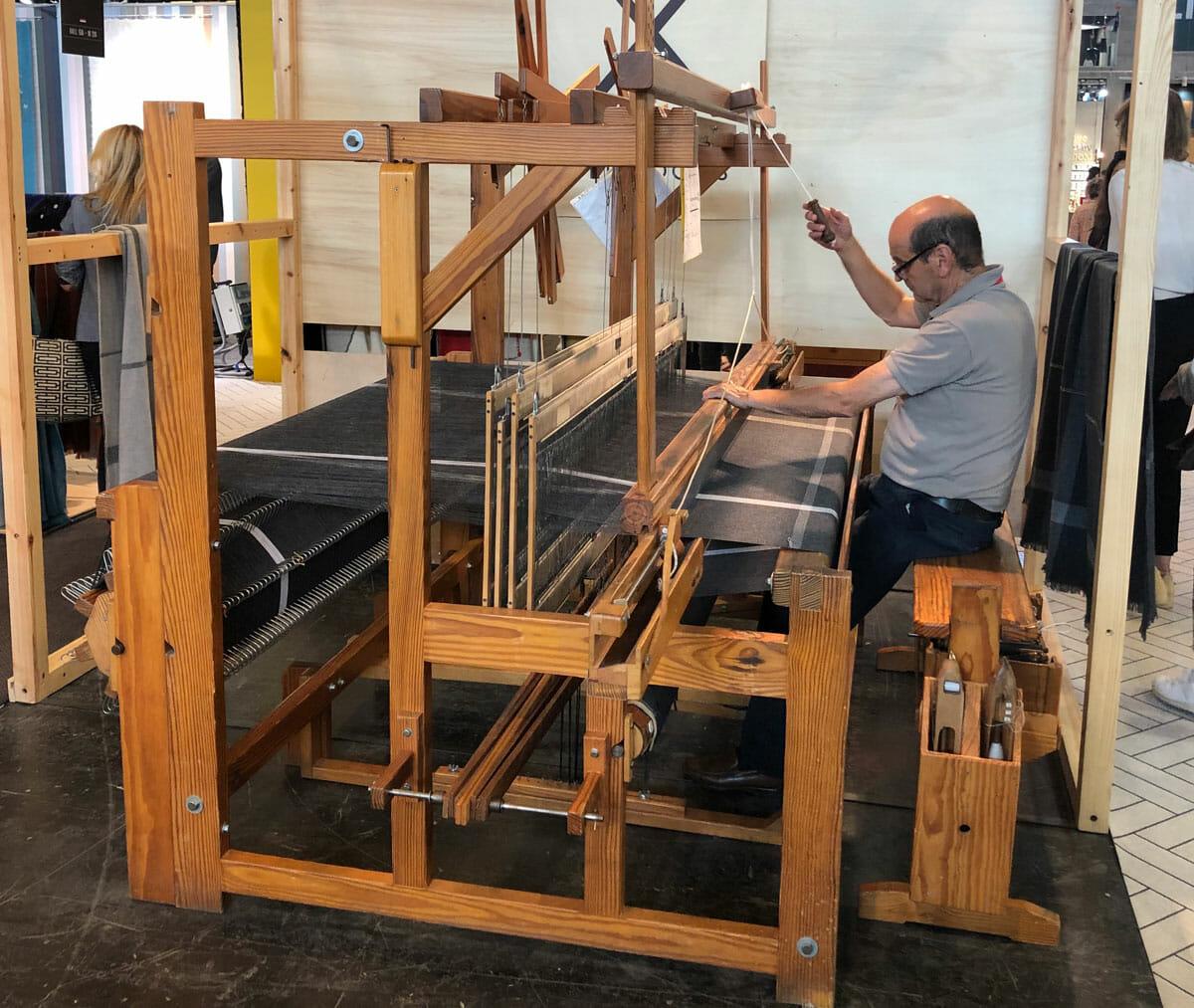 「WORK!」のセレクトはとても幅が広く、ファブリック分野のブランドからもアイテムが選定されている。伝統的な手法を用いたテキスタイルを展開する「TEXIDORS」の展示ブースでは、手織り作業の実演が行われていた。
