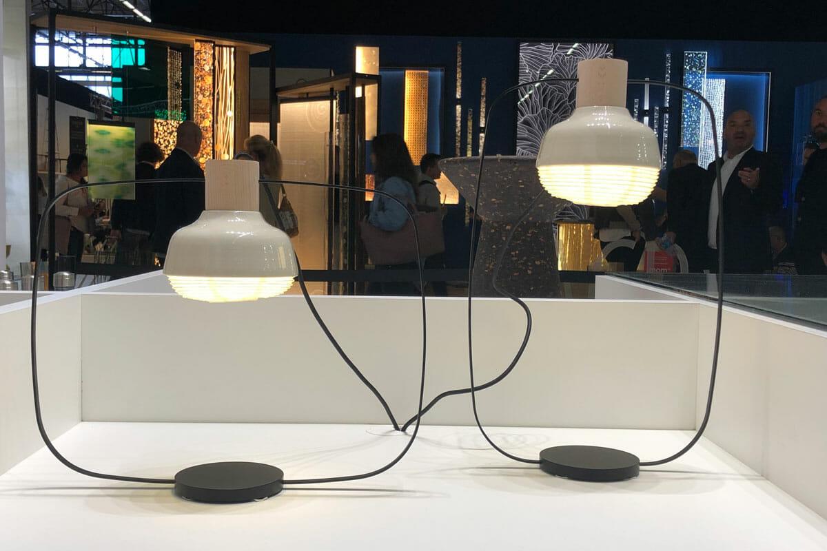 台湾の「KIMU Design」の照明。ランタン状のシェードランプと、独創的な形状のアームとの組み合わせがユニーク。
