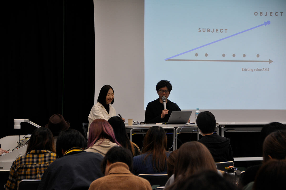 1年次で学ぶ「デザイン概論B」。講師のデザインジャーナリスト川上典季子さんと、デザイナーの吉泉聡さん。
