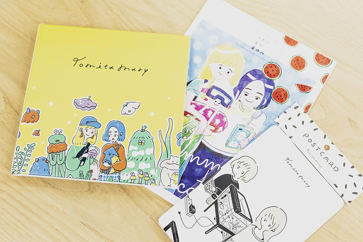 イラストブックやポストカードなど、冨田さんのオリジナルグッズ