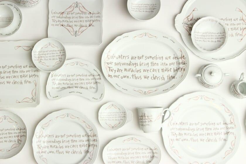 皆川明の言葉を描いた「リチャード ジノリ」のテーブルウェアの展示・販売イベントが、11月より開催