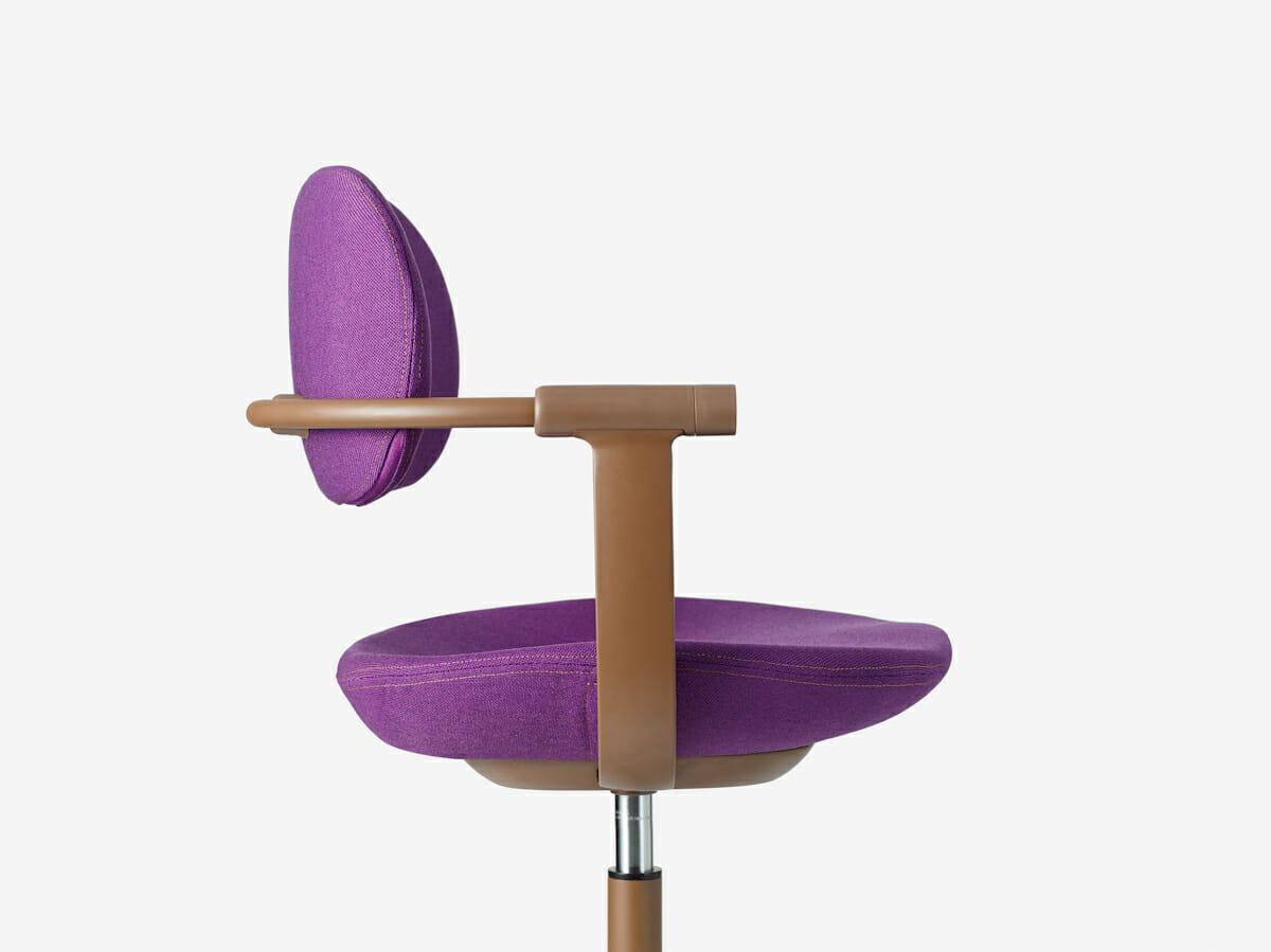 右肘先端のダイヤルを回転させることによって、座面の高さを調整することができる。
