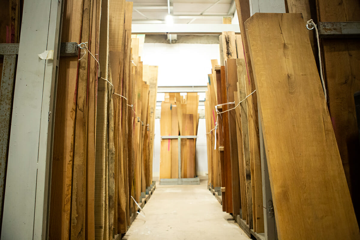 トッパンでは「原稿」と呼んでいる木目柄の元になる原材。床や壁など用途によって適した木目は違うため、用途やスタイルに合った木材をさまざまに購入している。