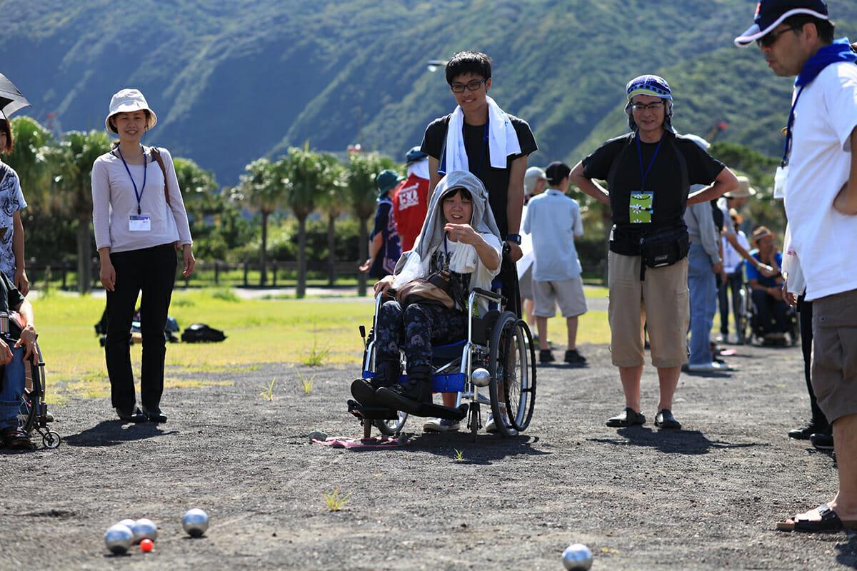 ユニバーサルスポーツとして「ペタンク」を体験(ユニバーサルキャンプ in ⼋丈島)