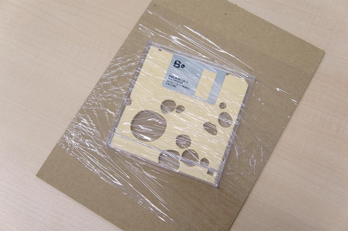 梱包方法はシンプルで、フロッピーは段ボールの台紙にビニール素材で巻き付けられていました。