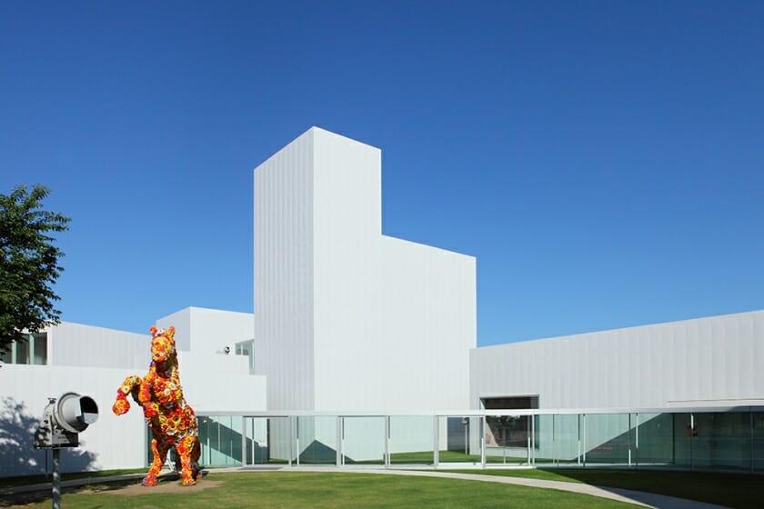 小池一子が十和田市現代美術館の館長を退任。新館長にキュレーター・鷲田めるろ