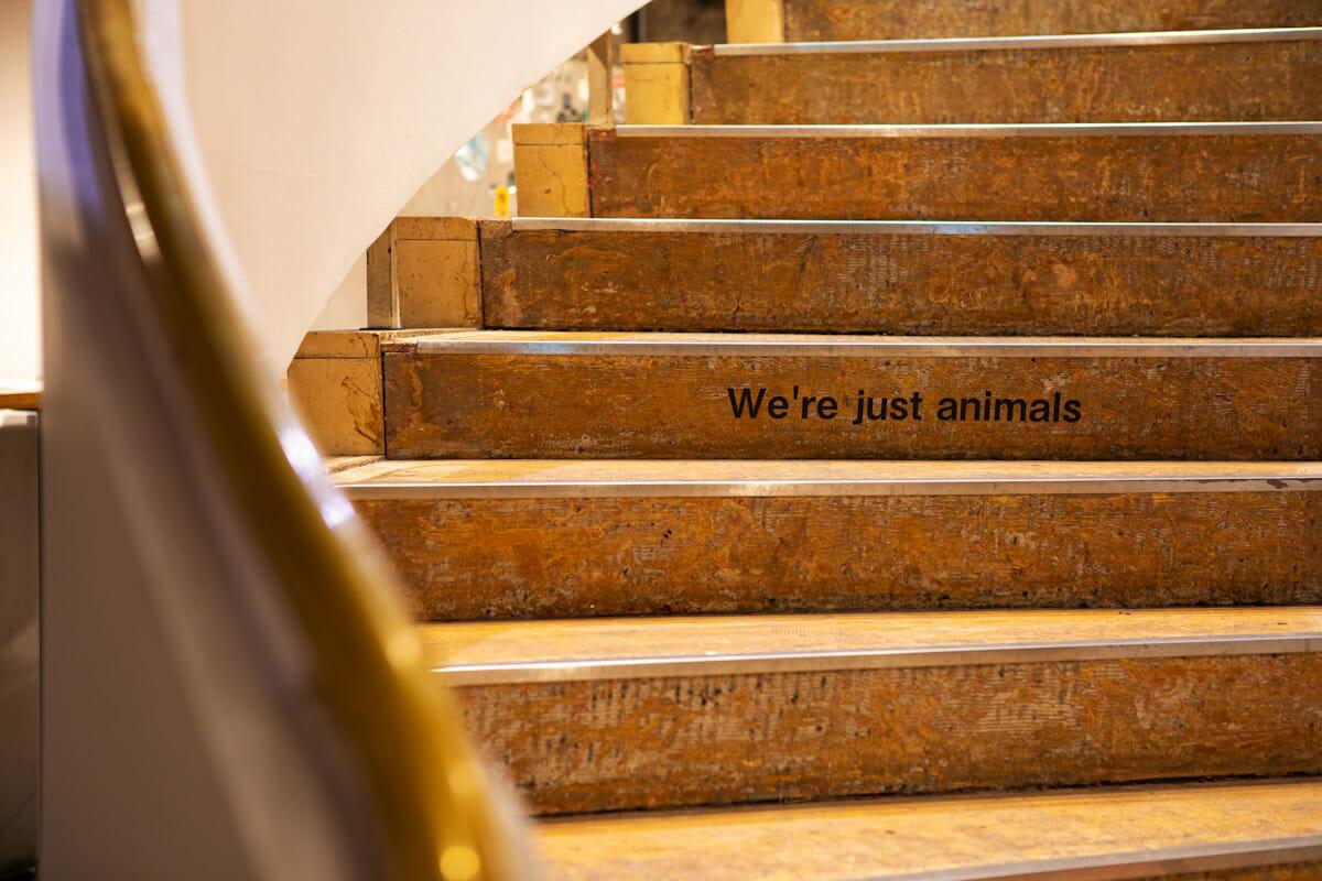 かつてあったフランス料理店「マキシム」の入り口への螺旋階段がそのまま使用されている。段差に残る「We're just animals」の文字は、Suchmosのリリースイベントの際に書かれたもの。