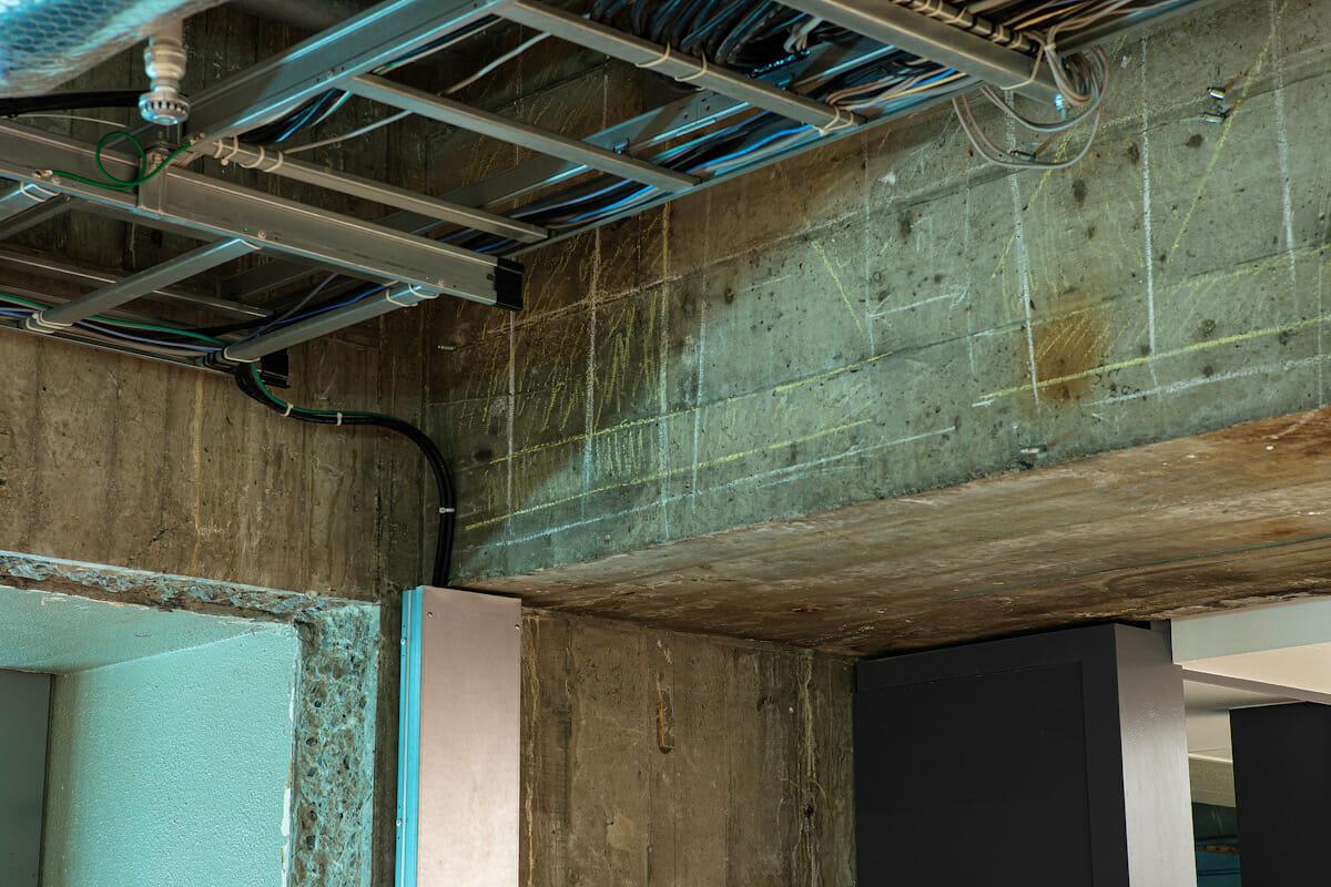 天井の梁や壁面のいたるところに、旧ソニービル建設時に書かれたチョーク跡が残る。