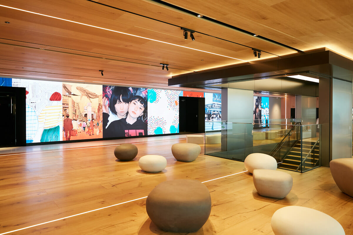 新オフィスのエントランス空間。巨大なディスプレイに映る美しい映像が訪問者を出迎える。