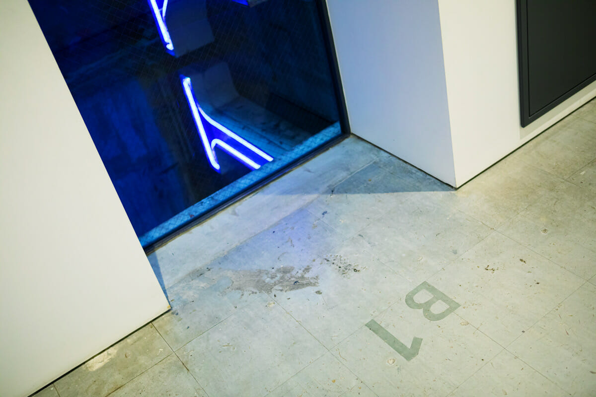 移設されたソニーロゴの電飾。「B1」といったフロア表記から、以前はエレベーターシャフトだったことがわかる。