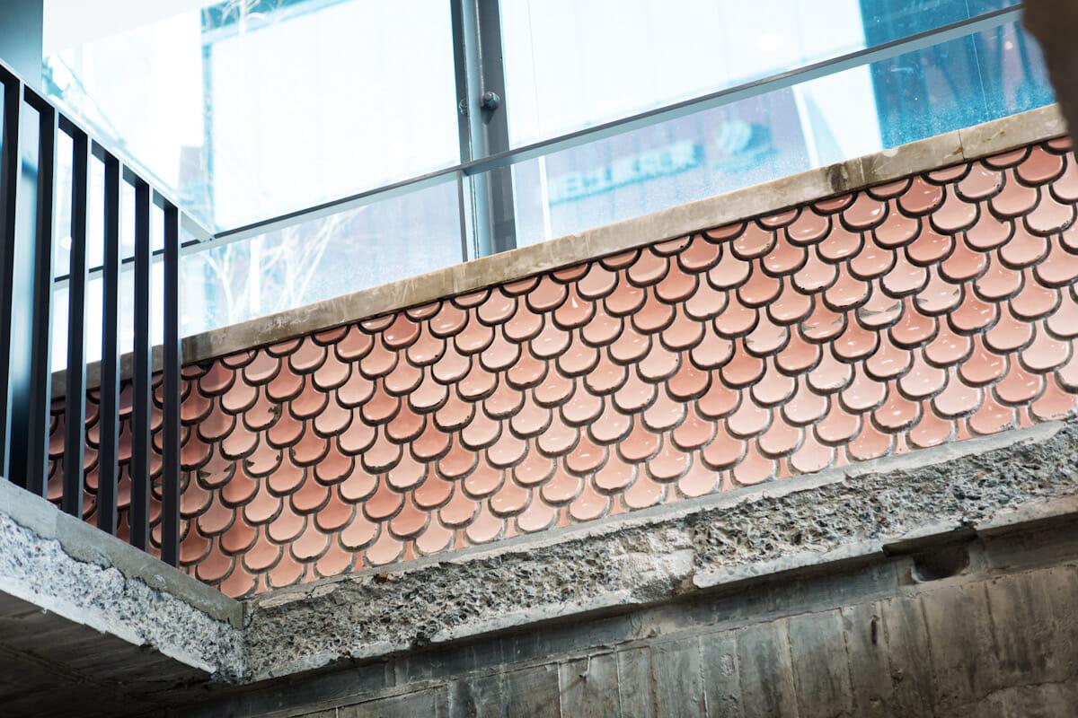 旧ソニービルを解体する中で発見されたピンクのタイルは、磨き上げて残している。