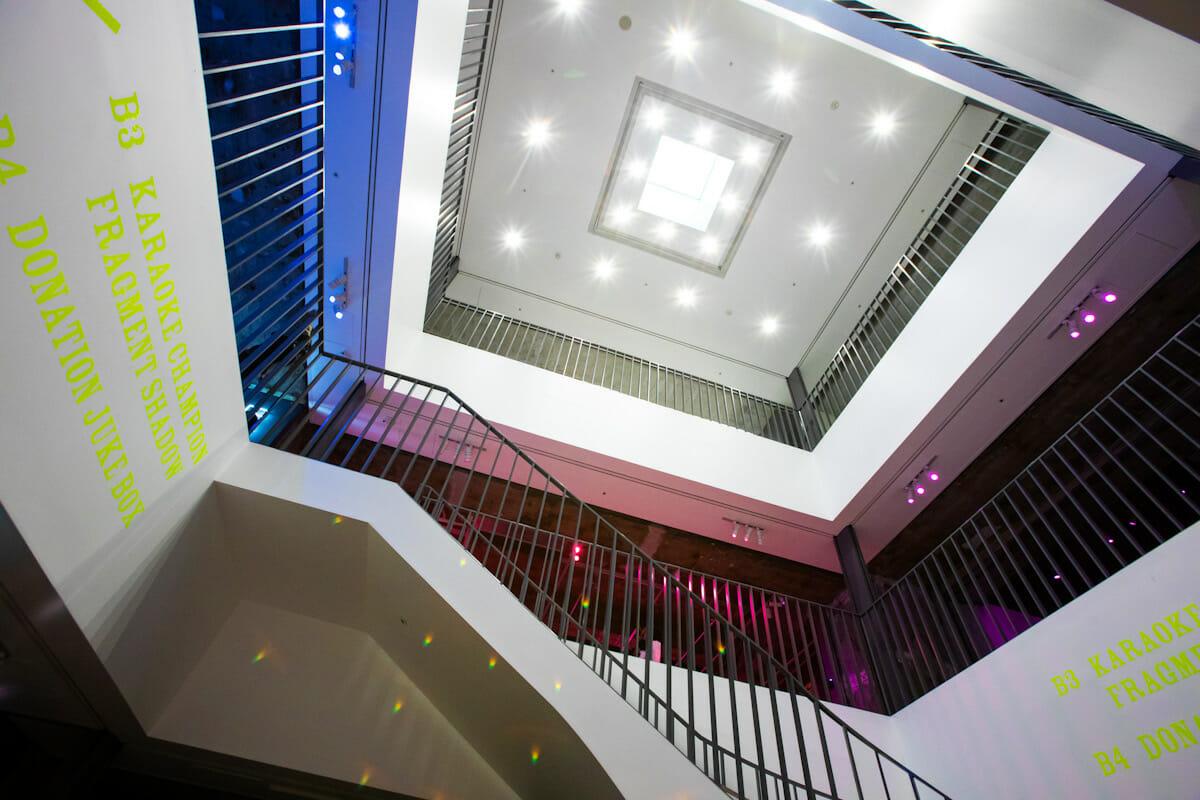地下3階から地上までの吹き抜け部分。天窓から外の光を取り入れられている。