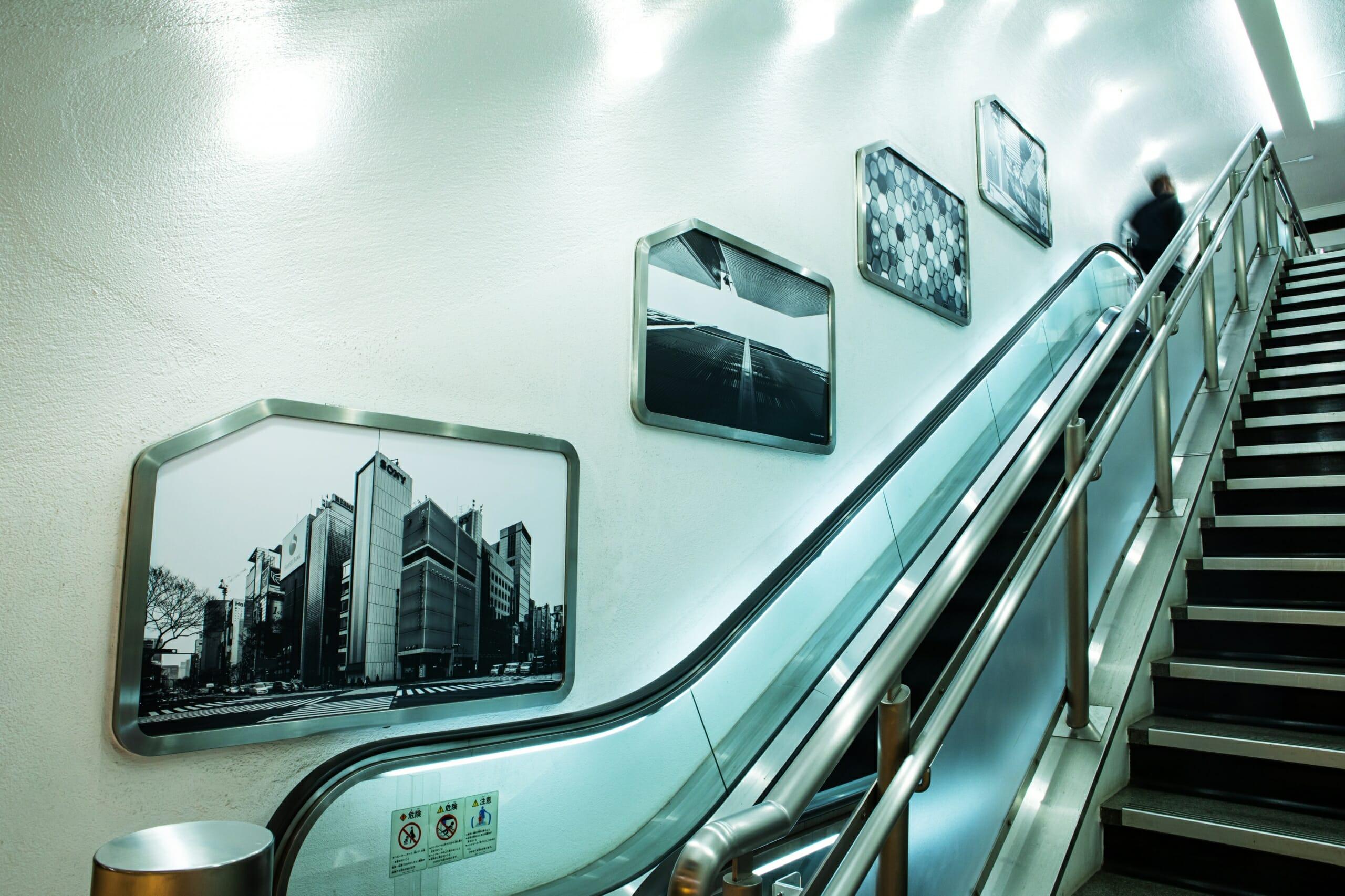 地下鉄通路からつながるエスカレーターは当時のまま。壁には旧ソニービルの写真がギャラリーのように飾られている。