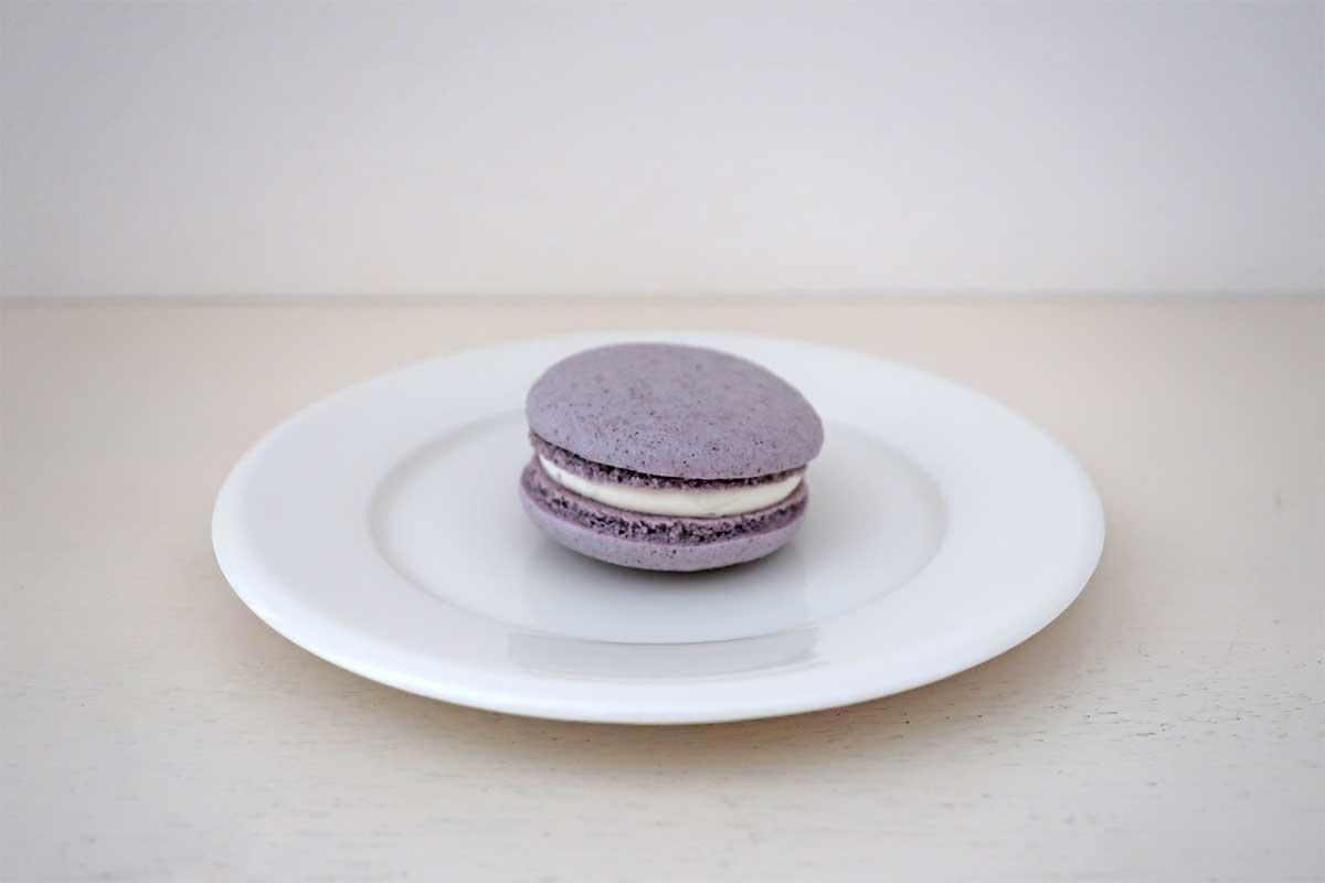 八幡屋礒五郎のスパイスマカロン「紫蘇」味