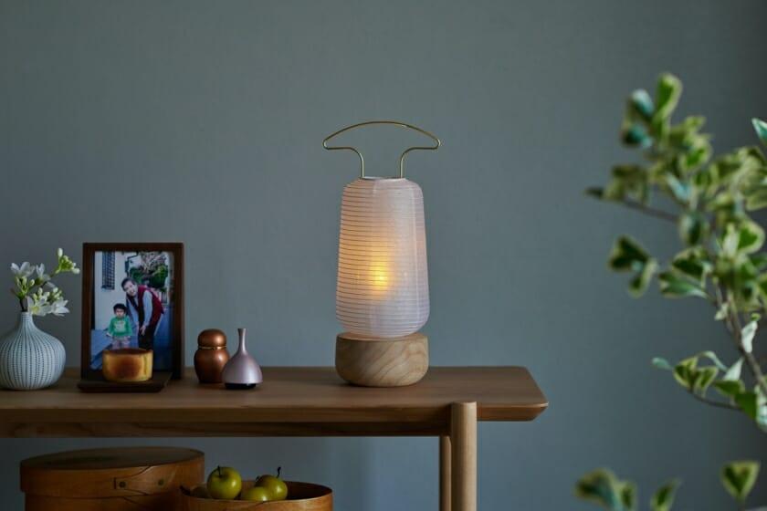 若林佛具製作所が、現代の住空間に合うシンプルな盆提灯「AKASHI」を発売