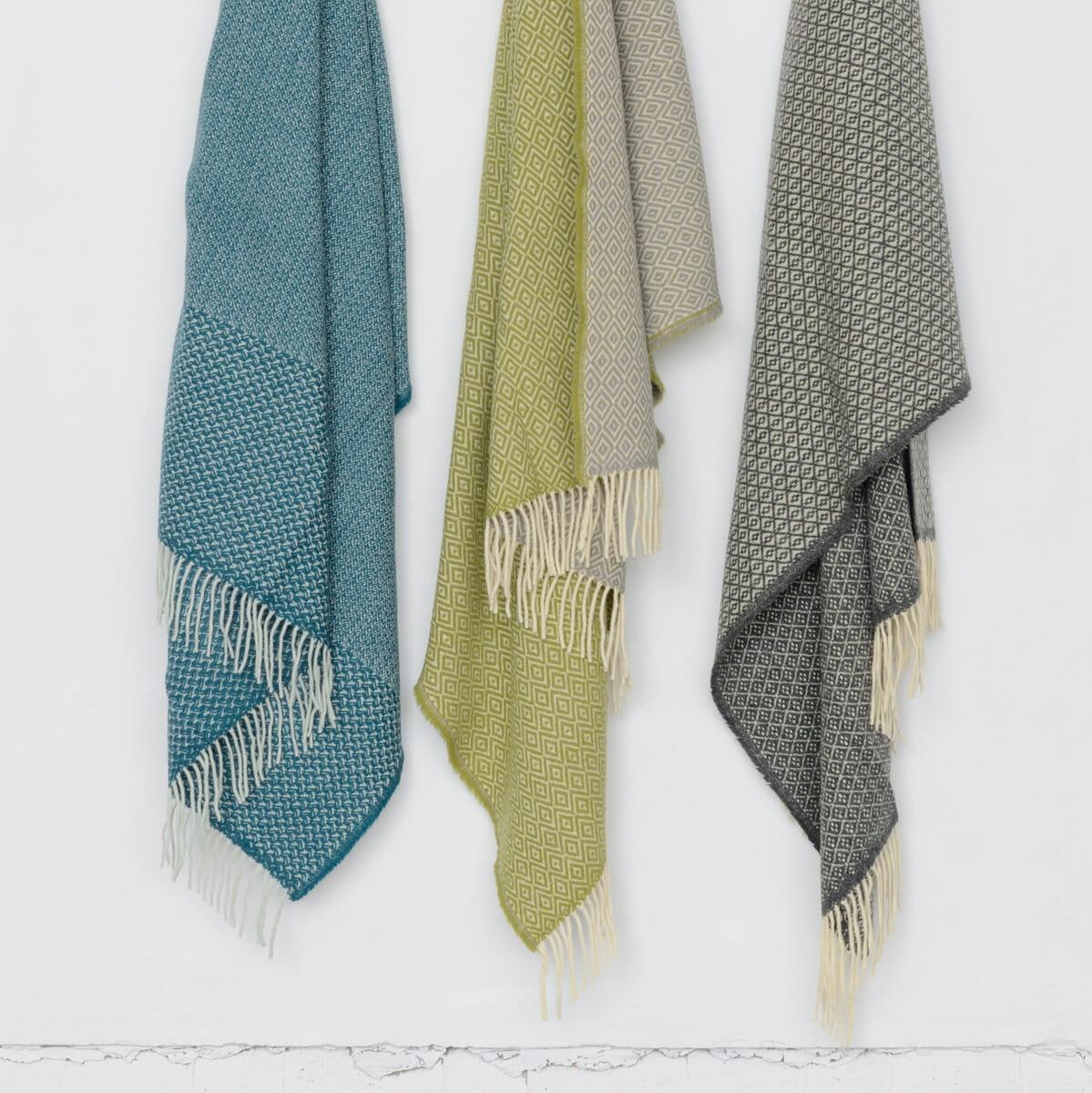 """ものがたりのある素材と手しごとから生まれるポルトガルの商品を紹介するライフスタイルブランド「&COMPLE(アンコンプレ)」の「Chicoração (シコラサォン)」シリーズ。羊飼いたちのマントとして織られてきた伝統の織物をモチーフとしたブランケット。 <a href=""""https://cozyplus-inc.com/"""">https://cozyplus-inc.com/</a>"""