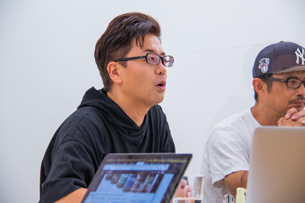 <strong>西澤明洋</strong> 1976年滋賀県生まれ。ブランディングデザイナー。株式会社エイトブランディングデザイン代表。「ブランディングデザインで日本を元気にする」というコンセプトのもと、企業のブランド開発、商品開発、店舗開発など幅広いジャンルでのデザイン活動を行っている。「フォーカスRPCD®」という独自のデザイン開発手法により、リサーチからプランニング、コンセプト開発まで含めた、一貫性のあるブランディングデザインを数多く手がける。おもな仕事にクラフトビール「COEDO」、スペシャルティコーヒー「堀口珈琲」、抹茶カフェ「nana's green tea」、ヤマサ醤油「まる生ぽん酢」、サンゲツ「WARDROBE sangetsu」、ITベンチャー「オズビジョン」、賀茂鶴酒造「広島錦」、芸術文化施設「アーツ前橋」、料理道具屋「釜浅商店」、手織じゅうたん「山形緞通」、農業機械メーカー「OREC」、博多「警固神社」、ブランド買取「なんぼや」、ドラッグストア「サツドラ」など。
