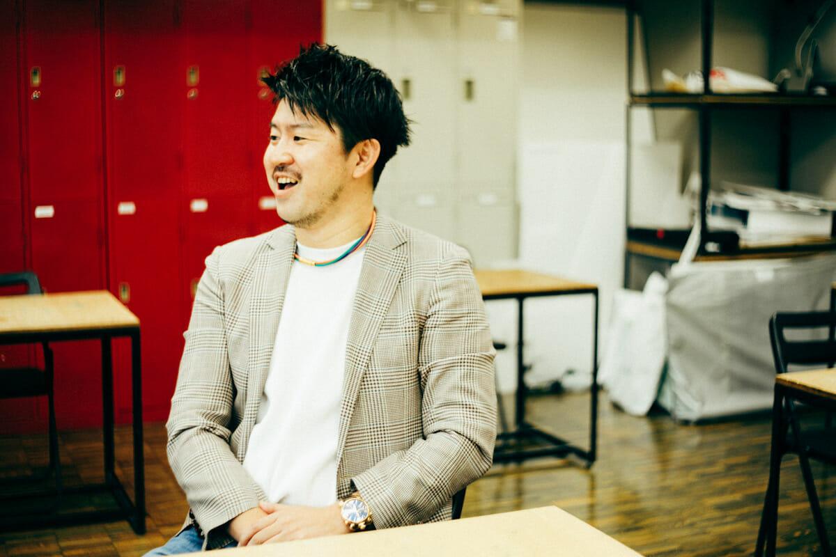 <strong>西村佳大</strong> 1985年千葉県生まれ。高校卒業後、2007年ICSカレッジオブアーツ インテリアアーキテクチュア&デザイン科卒業。設計事務所数社を経て、2013年に「スタジオすぅ」一級建築士事務所を設立。「すぅ」には、素材にこだわること、素で語り合うこと、素敵、素朴などの意味が込められている。
