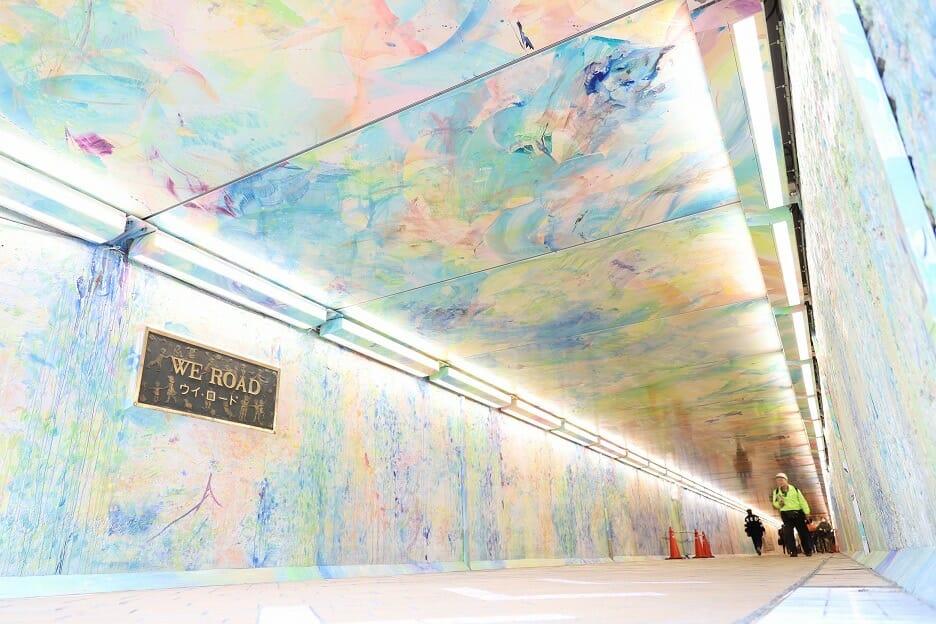 池袋駅の東西をつなぐ雑司が谷隧道「ウイロード」の壁面アート